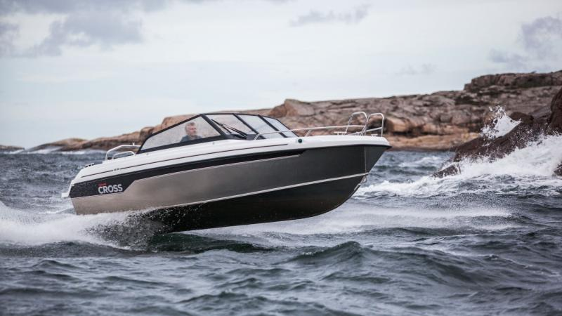 Cross 62BR is a versatile daytrip boat with a glimpse of sportiness